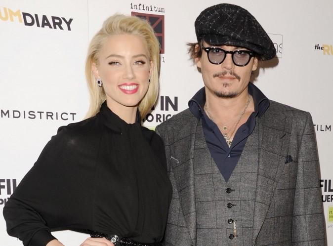 """Totalement sous le charme de sa fiancée, Johnny Depp est allé voir Amber Heard sur le plateau de tournage du film """"Adderall Diaries"""", jeudi dernier, à New York. Le couple a été aperçu en train d'échanger un long baiser…"""