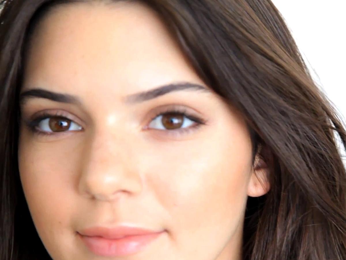 Les stars des télé-réalité auraient-elles choisi le Festival de Cannes pour faire parler d'elles ? Après la petite culotte de Ayem Nour, c'est au tour de Kendall Jenner de partager une photo où elle montre son sein gauche.