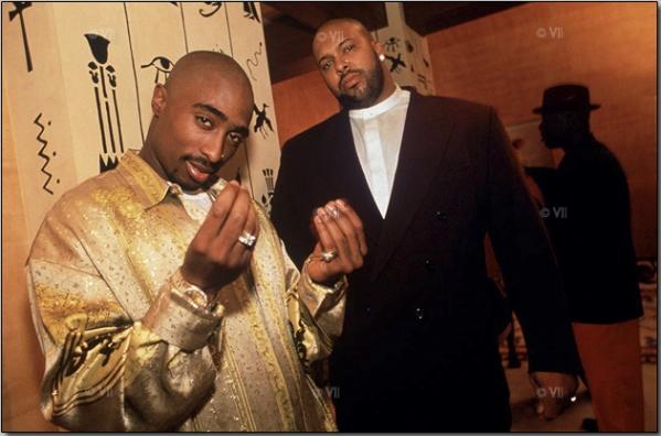 Officiellement, 2 Pac est mort assassiné le 13septembre1996 à Las Vegas, après avoir assisté au match de boxe entre Mike Tyson et Bruce Seldon, au MGM Grand.