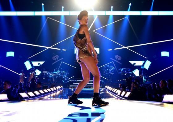 Rihanna a remporté 4 prix lors de la cérémonie de iHeart Radio Music Awards, mercredi. On aurait dit que la star de 26 ans remportait à elle seule tous les Awards de la soirée.