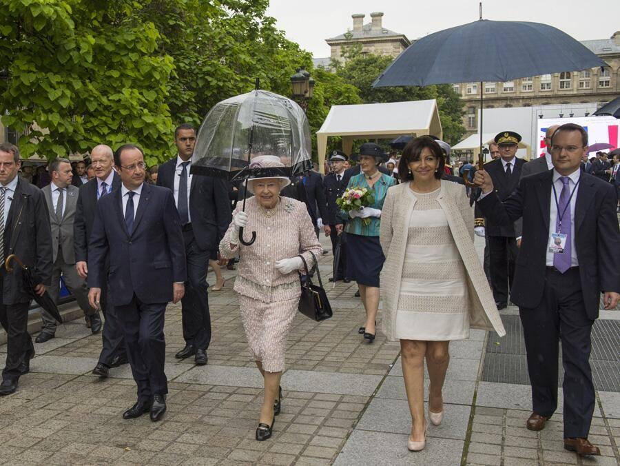 Hollande laisse la reine reine elisabeth porter son parapluie