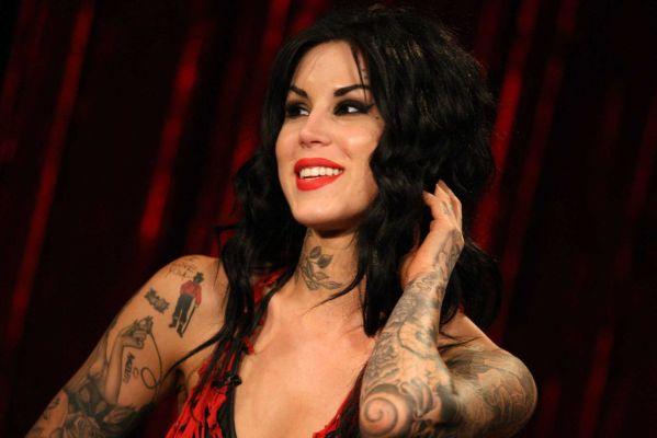 Kat Von D a peur pour sa vie et pour celle de son entourage. Selon TMZ, l'artiste tatoueuse aurait reçu des menaces de mort de la part d'un homme disant planifier un bain de sang. La police cherche désespérément à le localiser…