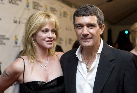 On se demandait si elle allait le garder... ou pas ! Après son divorce, l'actrice nominée aux oscars a fait sa première apparition sur le tapis rouge du Festival du film de Taormina, en Italie.