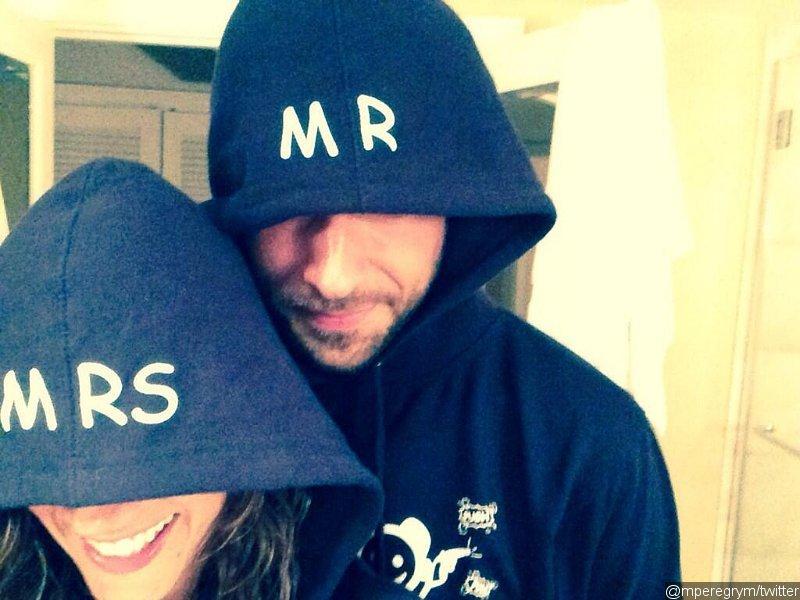 La star de Rookie Blue a partagé sur Twitter une photo d'elle et de Zachary Levi pour faire savoir qu'ils étaient officiellement 'Monsieur et Madame Pugh'.