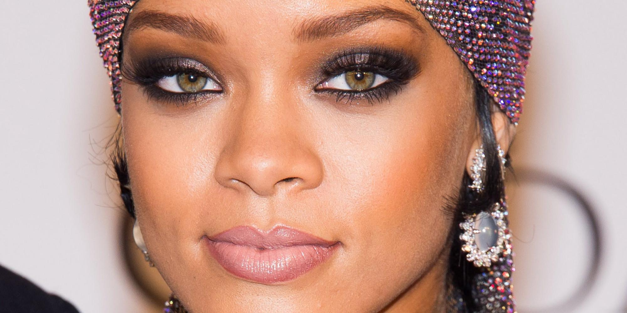 Rihanna est une talentueuse chanteuse, mais, s'il y a une autre chose pour laquelle elle a du talent : c'est montrer son superbe corps. Y a-t-il meilleur trophée qu'une paire de seins « made by Riri » ? Pour célébrer la victoire de La Mannschaft, la Barbadienne n'a pas hésité à montrer ses seins au Stade de Maracana du Brésil, lors de la finale de la coupe du monde.
