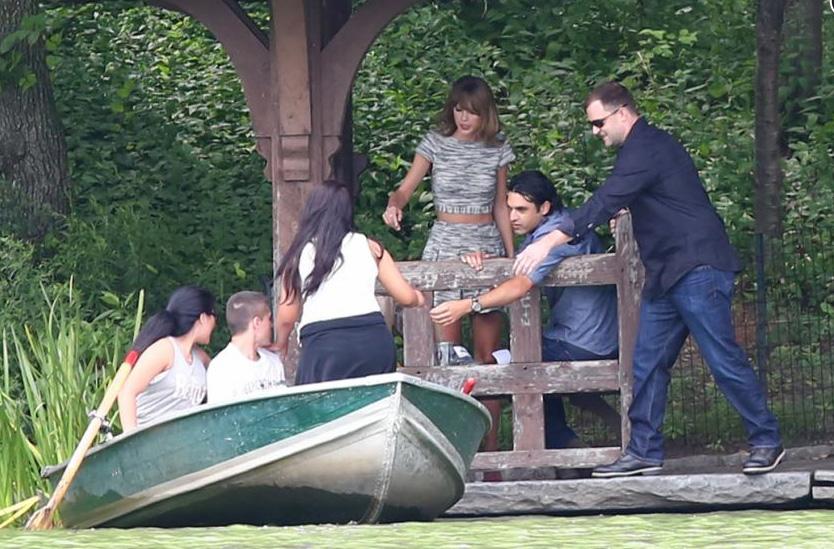Taylor Swift pose avec des fans au Central Park