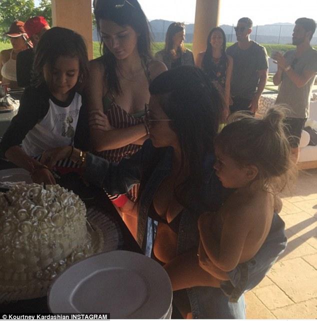 Kourtney Kardashian en bikini pour son anniversaire