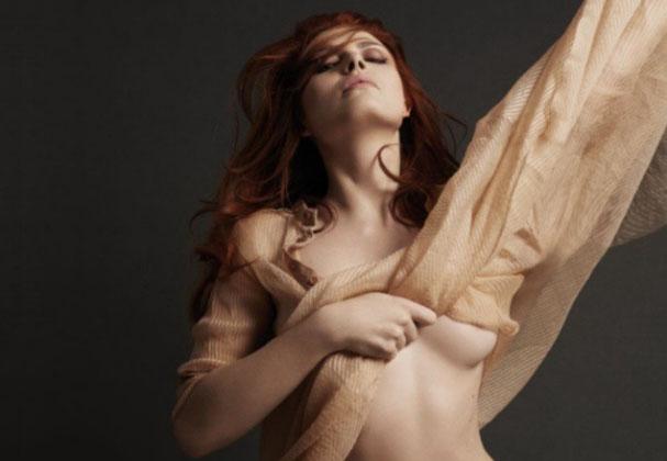 Elodie Frégé seins nus pour Hipster Magazine montre ses seins