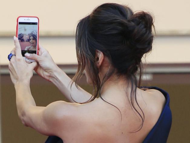 Eva-Longoria se fait un selfie malgré l'interdiction