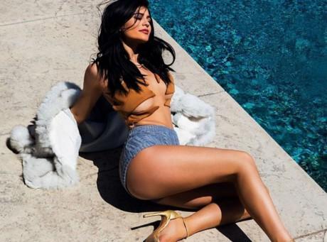 Kylie-Jenner-un-nouveau-bain-de-soleil-qui-fait-de-l-effet-!_paysage_460x380