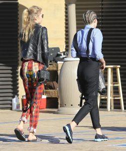 Miley-Cyrus-et-Stella-Maxwell-le-11-juillet-2015-a-Malibu_exact1024x768_p