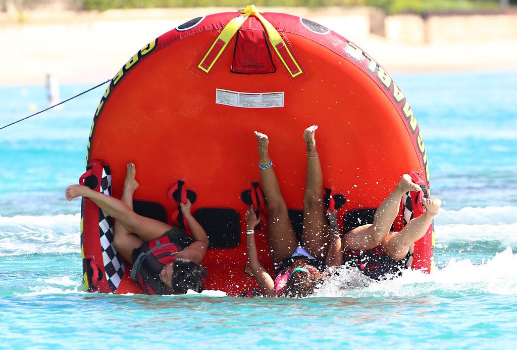 Rihanna-s-eclate-en-vacances-quand-elle-chute-a-l-eau-dans-les-Barbades-7-aout-2015_exact1024x768_l-1