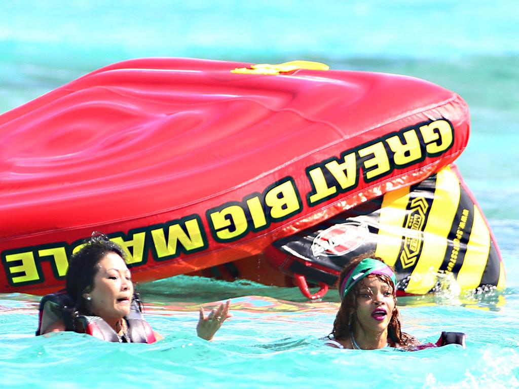 Rihanna-s-eclate-en-vacances-quand-elle-chute-a-l-eau-dans-les-Barbades-7-aout-2015_exact1024x768_l