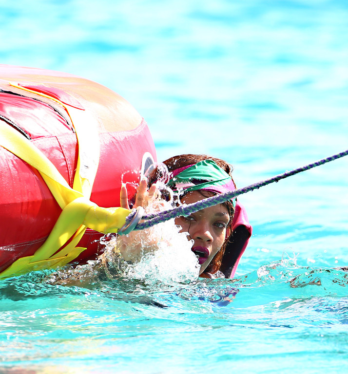 Rihanna-s-eclate-en-vacances-quand-elle-chute-a-l-eau-dans-les-Barbades-7-aout-2015_exact1024x768_p