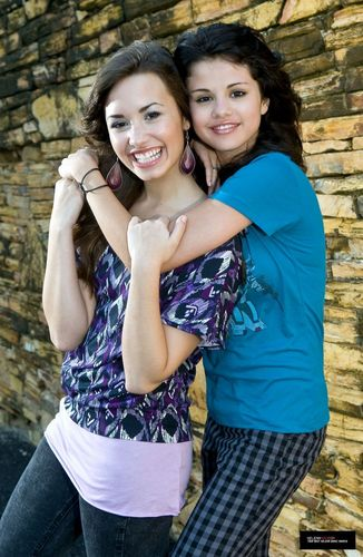 Demi-Selena-Photo-selena-gomez-and-demi-lovato-17937112-326-500