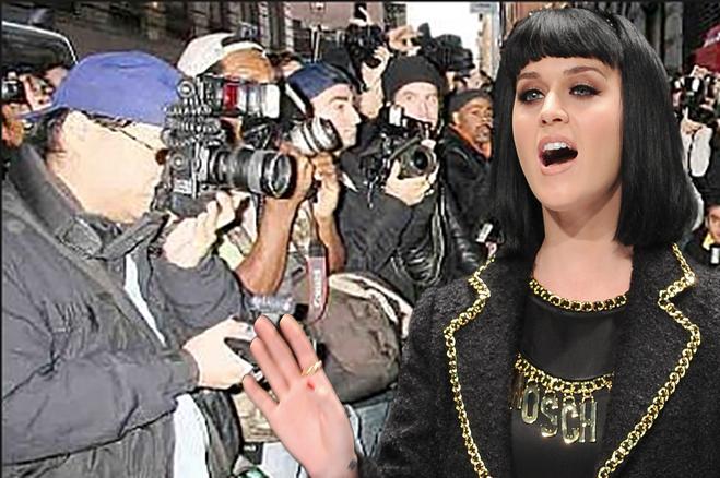 Katy Perry : Pour échapper aux paparazzis, la chanteuse se cache derrière un oreiller