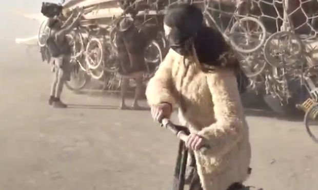 Katy Perry en direct du festival Burning Man a tenté sans succès de conduire un segway