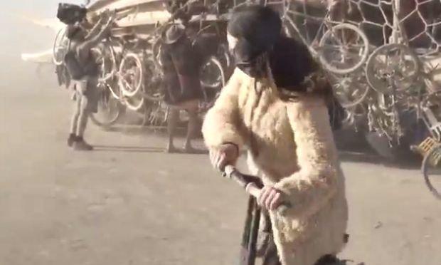 Katy Perry en direct du festival Burning Man a tenté sans succès de conduire un segway