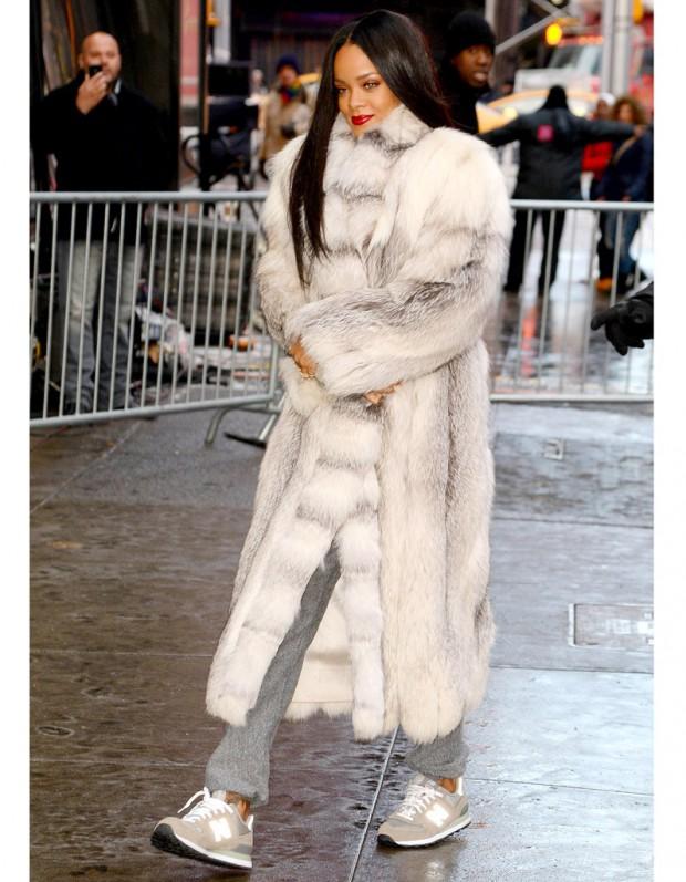Le-double-look-du-jour-Rihanna-fourrure-grise-et-tailleur-Chanel_visuel_article2