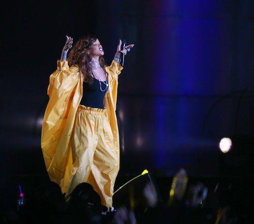 Photos-Cara-Delevingne-vole-le-show-de-Rihanna_portrait_w674-1