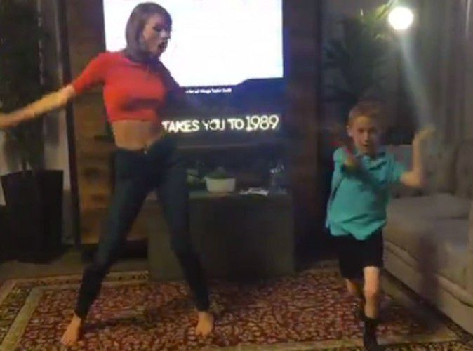Video-Taylor-Swift-rencontre-son-petit-fan-et-danseur-fou-pour-une-chore-memorable_portrait_w674