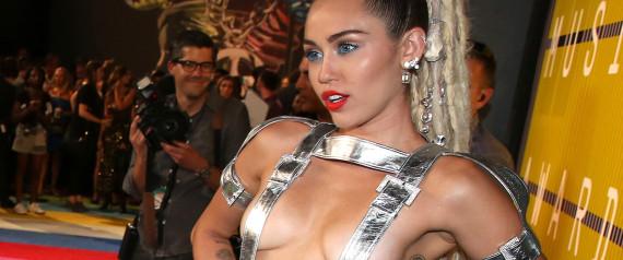 MTV VMA 2015 : Des parents mécontents portent plainte contre Miley Cyrus pour avoir montré ses seins !