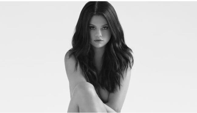 Selena Gomez à moitié nue pour annoncer Revival