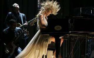 Taylor Swift pour remercier ses fans de leur soutien depuis la sortie de son dernier album, a décidé de leur offir une émouvante version acoustique de son titre Out Of Woods à l'occasion de l'anniversaire de 1989
