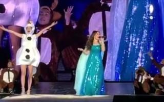 En Floride pour un convcert, Taylor Swift déguisée en Olaf, invite Indina Menzel sur scène pour une interprétation magistrale de Let It Go