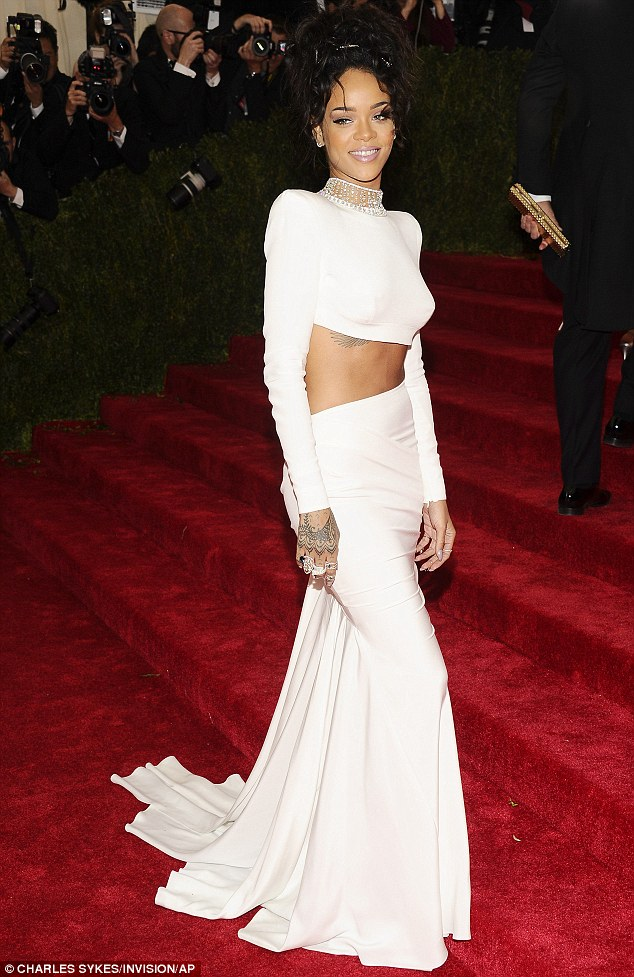 Rihanna en robe blanche au Met Gala