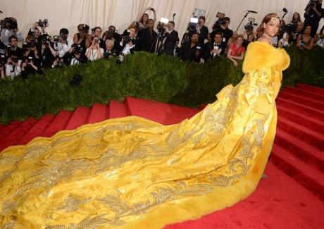 Rihanna au Met-Ball sa robe-est-la-risee-du-web