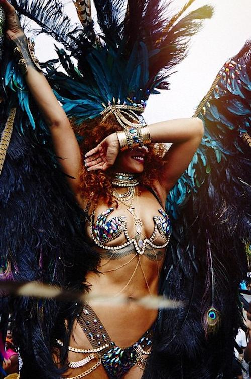 Photos-Rihanna-plumes-strass-et-twerk-endiable-en-direct-du-carnaval-de-la-Barbade_portrait_w674