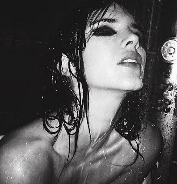 Kendall-Jenner-topless-et-ultra-sensuelle-elle-fait-monter-la-temperature-!_portrait_w674
