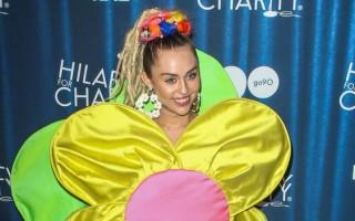 C'est déguisée en tournesol géant que miley Cyrus a foulé le tapis rouge des Hilarity For Charity le samedi derniet
