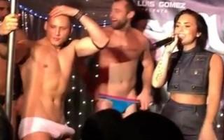 Demi Lovato en pleine prestation dans un bar gay, est surprise par l'érection de l'un de ses danseurs